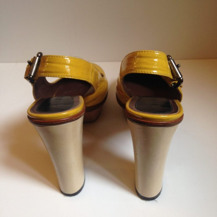 Sandales à talons en cuir verni jaune